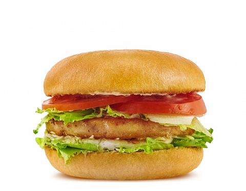 Бургер с курицей и брусничным соусом