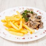 Чикен строганов с картофелем фри